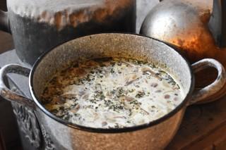 Romige kastanjechampignonsoep met kruiden