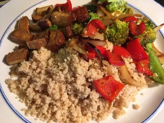 Couscous met gestoofde paprika en broccoli en gerookte tofu