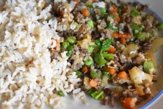 Bloemkoolrijst met gehakt, wortel en doperwten