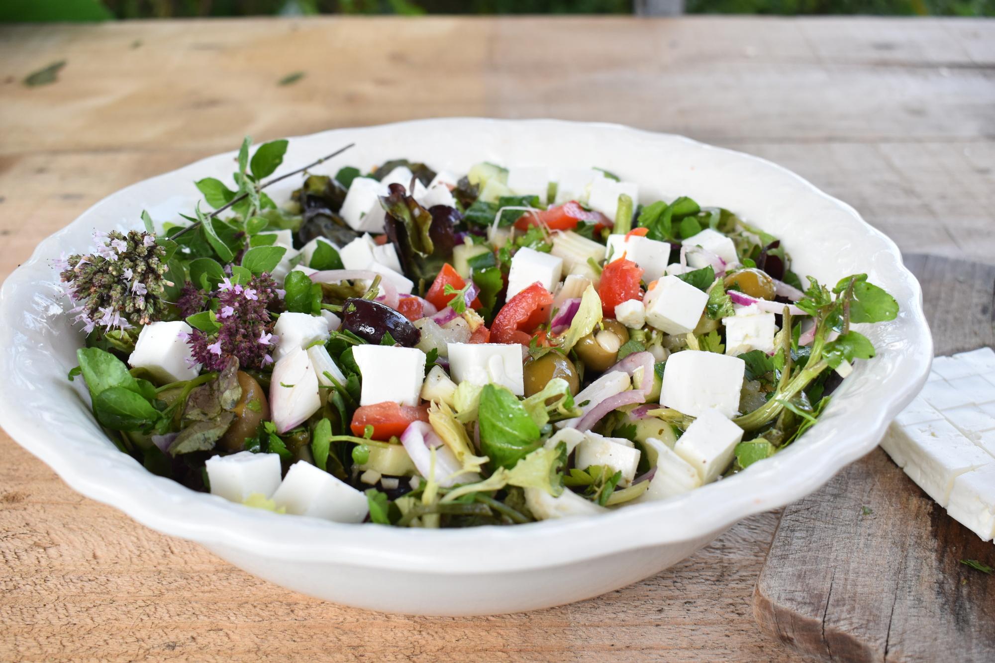 Salade met bleekselderij, feta en olijven