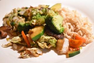 Gewokte Chinese kool met shii-takes, groenten en rijst
