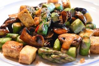 Tofu met groene asperges en paddenstoelen