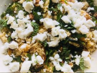 Salade met couscous, geroosterde groenten, feta en munt