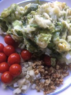 Stamppotje andijvie-pastinaak met rozemarijn-tomaatjes, blauwe kaas en walnoten