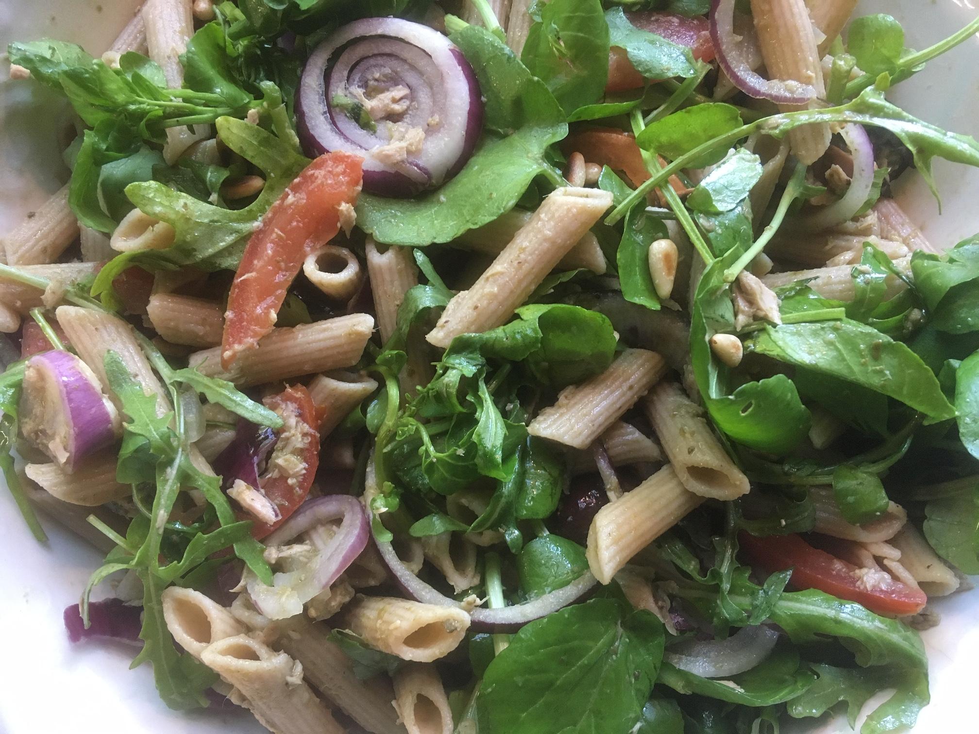 Maaltijdsalade met pasta, tonijn en pesto