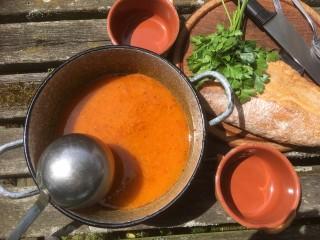 Soep van puntpaprika en tomaat