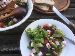 Salade met biet, geitenkaas en pijnboompitjes