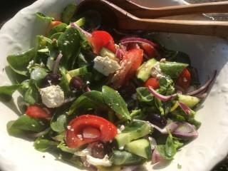Griekse salade met tomaat, postelein en feta (Horiatiki)
