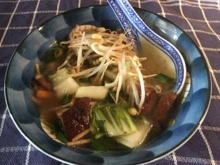 Oosterse groentesoep met paksoi en shii-take